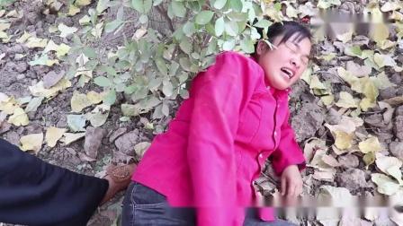方言喜剧;小麦抢桃子的自行车骑,结果摔倒了,没想到想桃子赔她