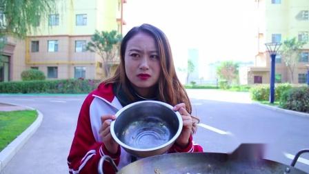 短剧食堂大厨打饭手抖,学渣为了吃饱饭,拿大盆在勺子下面接饭