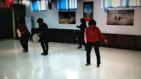 老年人舞蹈演练,唠嗑