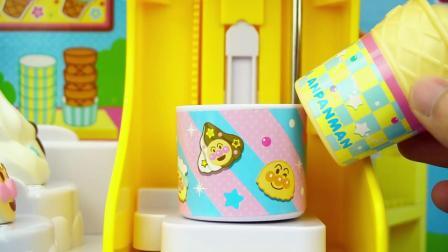 小猪佩奇用面包超人的雪糕车做雪糕