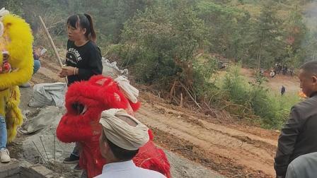 平塘县 杨奶老人上山视频 狮子暖井