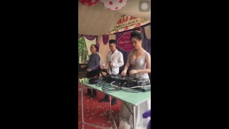 越南婚礼现场新娘亲自上台打碟嗨翻全场