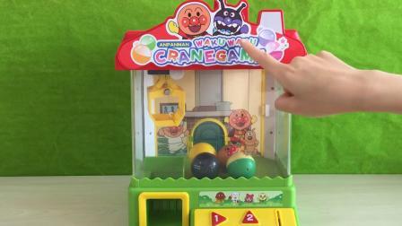 佩奇和乔治玩面包超人夹娃娃机玩具