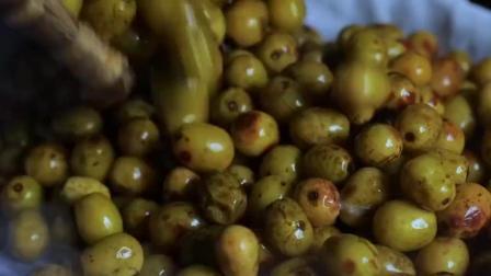 70后的农村人吃过的野果子,李子柒摘下来做成零食