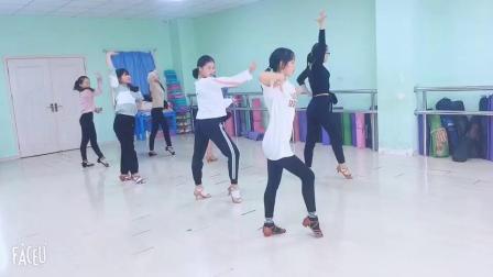 含山县华艺文化艺术培训中心学员在练习