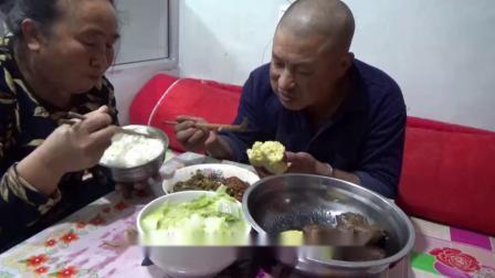 水煮白菜南瓜馒头,媳妇做简单晚饭,大黑吃的香喷喷