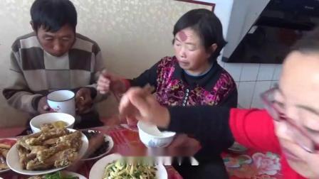 农村小吕:老妈过生日,媳妇给买了生日蛋糕,一家人真热闹
