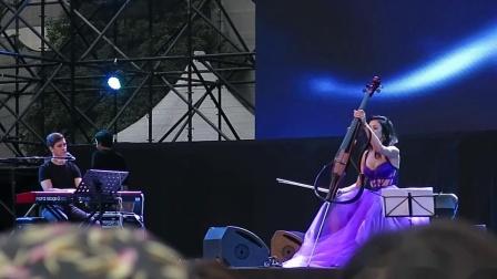 【Strawberry Alice】2019中国上海国际艺术节:艺术天空系列演出:克罗地亚大提琴家安娜跨界独奏音乐会,2019-10-27 上海城市草坪音乐广场