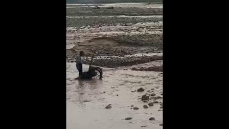 河中搬石头