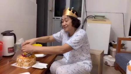 婆婆生日,媳妇买了蛋糕,感谢婆婆的照顾,一家人其乐融融,幸福