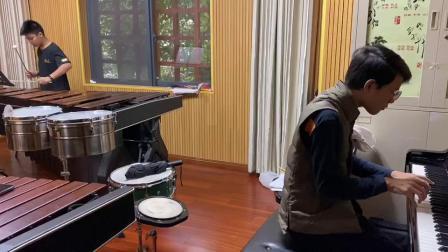 我为同班马国超学长参赛的《军队进行曲》作钢琴伴奏,在教学室里紧张的排练~