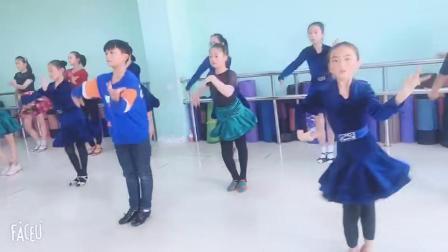 安徽含山县华艺文化艺术培训中心,学生正在上课。
