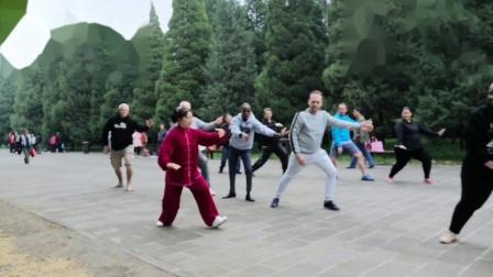 国家级社会体育指导,马淑林老师带外国友人打太极拳
