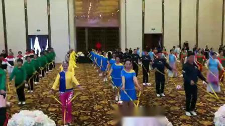 长春市老体协带球分会参加全国第五届带球邀请赛  各赛队伍集体表演带球球操(兰色套装为长春代表队)