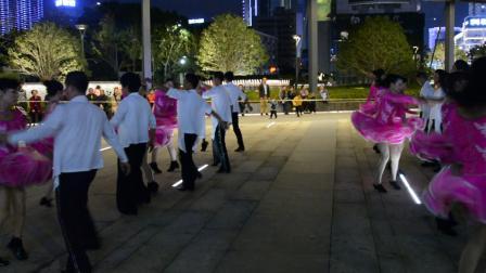 阳光广场三步踩集体舞