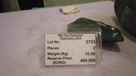 缅甸矿主标价三万多一克的莫湾高色的翡翠原石,太逆天了!