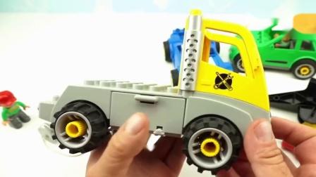 积木拼装玩具炫彩小汽车吊车帮助跑车来到维修站