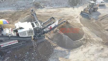 每小时产量200吨的履带式移动破碎机生产线现场视频