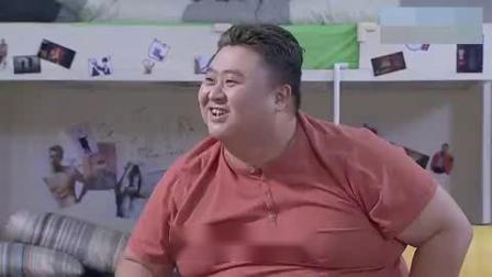胖子为了要回100块,花式要债,又是唱歌又装可怜的