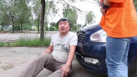 美女刚考出驾照就开车,没想遇到光棍碰瓷,俩人对话从头笑到最后