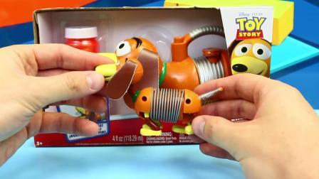"""动画片,《玩具总动员》中的""""土豆头""""先生向雷克斯恐龙和巴斯光年出售了一款灵巧的狗100泡泡机"""