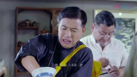 刘家媳妇:大叔看瓷器,谁料手被卡瓶里,对方急的要赔钱,太惨了