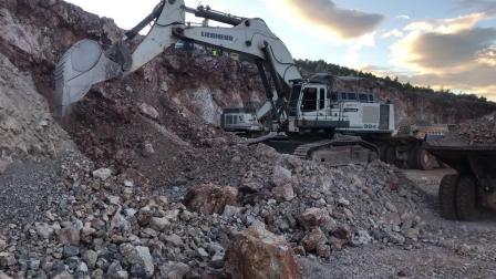 两部利勃海尔984挖掘机在装载卡特777C自卸车