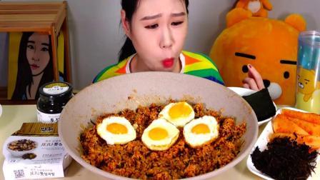 韩国大胃王卡妹,吃香辣拌饭,配上鸡蛋,大口大口地吃,太过瘾了