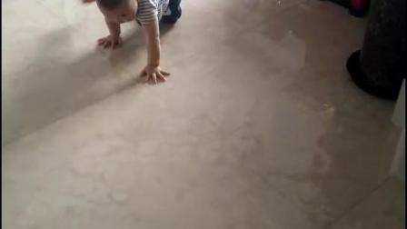 小外甥在爬