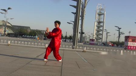 2011年梁翠平在体育场展示陈氏太极母式