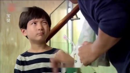 儿子嫌弃外婆身上太臭,爸爸正在教育他,却被儿子一句话问懵了!