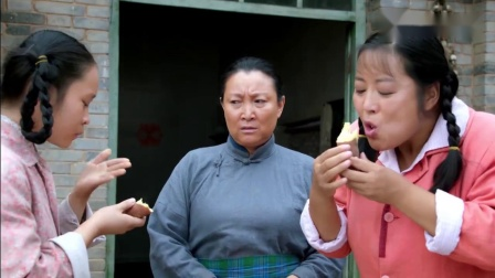 农村大丫头睁眼睛就是吃,地瓜烫的手都拿不稳,还不停往嘴里送!