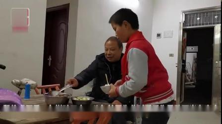 【6岁开始照顾瘫痪父亲,11岁少年撑起一个家[心]】襄阳南漳县的初冬,清晨6点天还未亮。11岁的殷启运便会准时起床。等待他的,不是热气腾腾的...