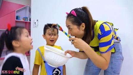 姐姐给孩子们做螃蟹吃!螃蟹自己跑了把小萝莉吓到了!怎么办?
