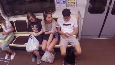 街头测试小哥突然拿走陌生女孩的手机,外国女孩的反应太逗了