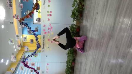 元旦联欢会上,小美女为大家表演舞蹈《青莲》。