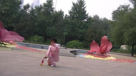 梁翠平老师的陈氏太极剑63式北京玫瑰园展示太美啦