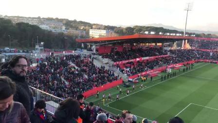 赫罗纳主场对阵巴塞罗那足球赛中亚士霸广告