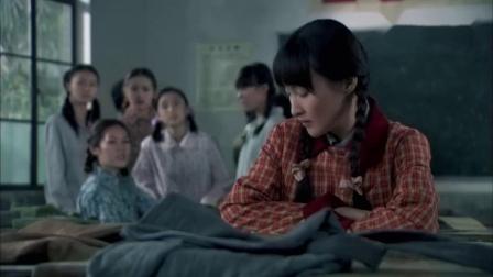 朋友穿新衣,穷女孩偷她的,在家改完穿上朋友都没认出来