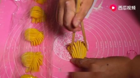 面粉别蒸馒头了,教你家常拧花卷,筷子压一压,松软好吃味道香