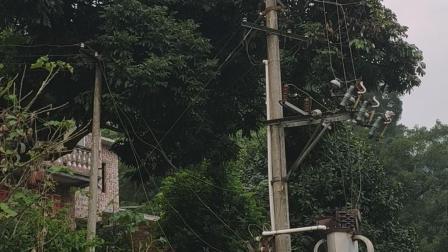 右江区中华村浪显屯危险安全隐患高压变电器