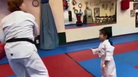 我在章子怡晒醒醒学跆拳道:被二宝踢肚子超幸福截了一段小视频