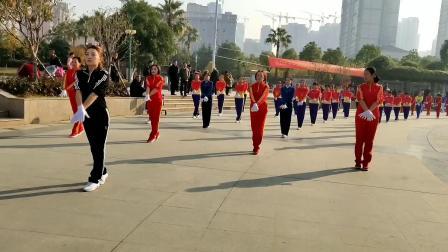 中国新时代有氧健身操武汉江夏世纪广场满芬支队与十二支队伍共同演绎