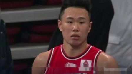 贺希宁投进关键三分之后,北京队主场的美女啦啦队居然为贺希宁欢呼