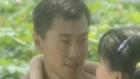 美女坐在船头,小伙游来一把抱起,直接强吻