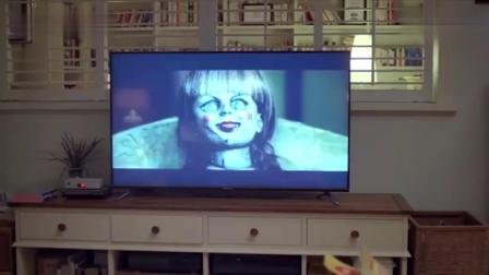 小屁孩大半夜不睡觉,跑到客厅看恐怖片,真是太调皮了