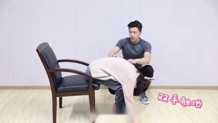 上班族由于久坐,往往会导致腰部血液循环不好,容易出现腰肌劳损等问题。本期就来教大家一个简单的动作——腰部牵伸,帮助舒缓腰肌紧张,缓解腰部酸痛...