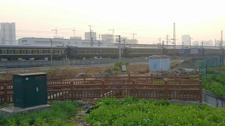 20191208_165248成局成段HXD3C0146牵引 北京西-成都(原攀枝花)K117次列车八里通过,交汇成都西-城厢8851通勤车
