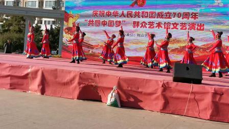 兴安盟乌兰收骑宫翩翩起舞健身队表演舞蹈巜草原情》