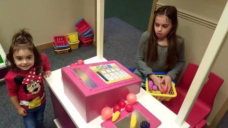 小萝莉假装买水果制作披萨然后开玩具车回去玩乐高玩具